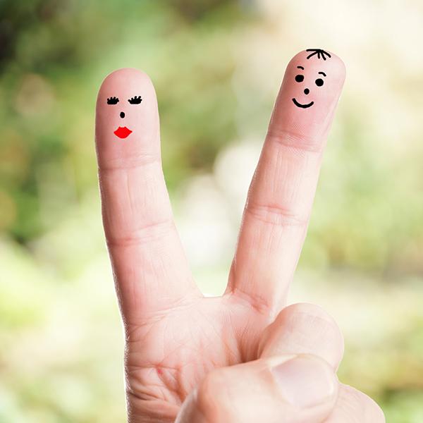 sprechende Finger vor grünen Hintergrund